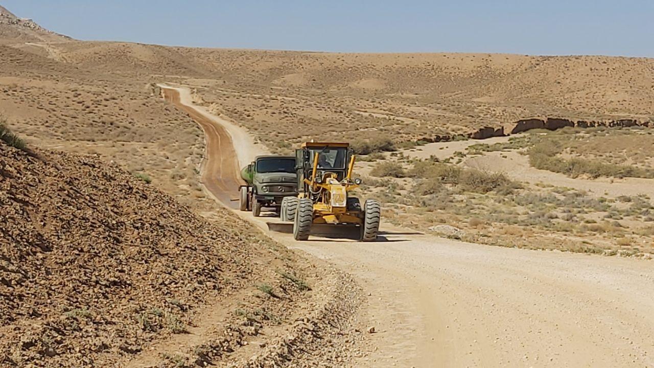 تیغ زنی و مالچ پاشی جاده تفرجگاه تنگه گزی با مشارکت شرکت آلومینا و اداره حمل و نقل جاده ای